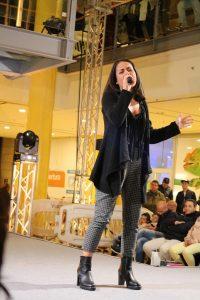 La cantante Sara
