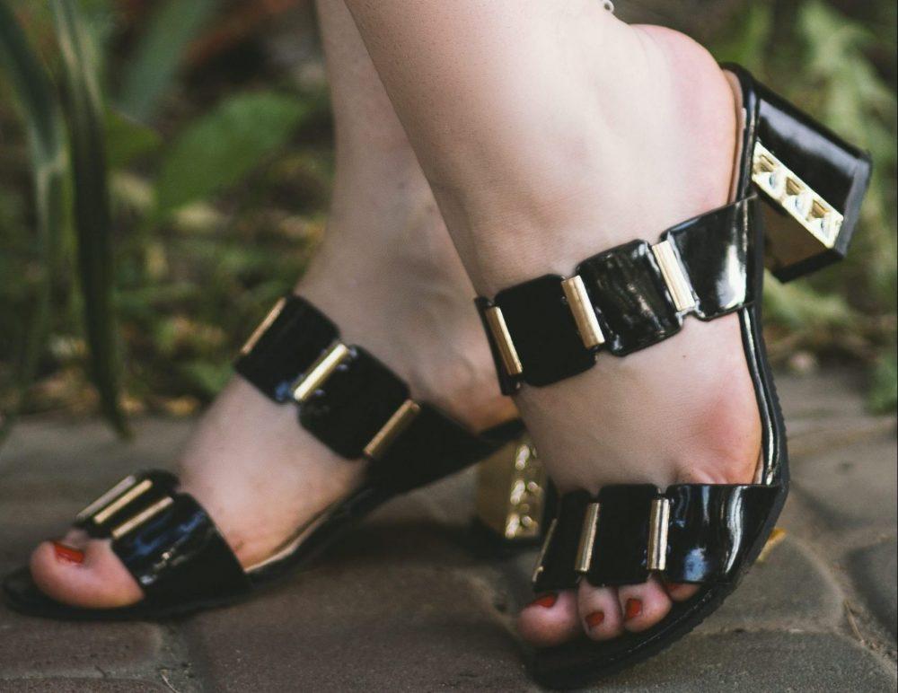 sandalo nero da donna