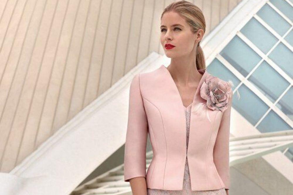 donna con il tubino rosa