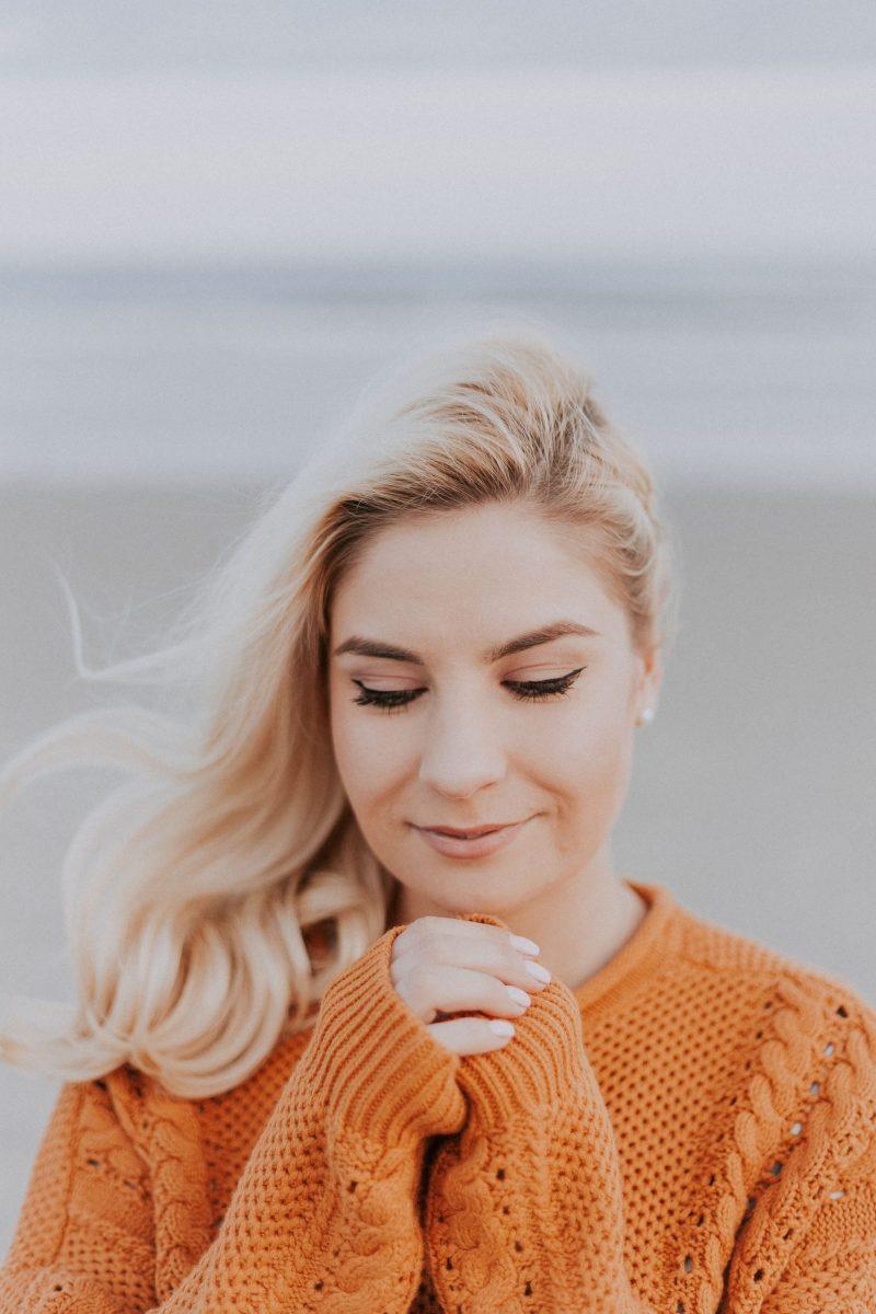donna con maglione colorato